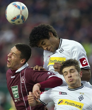 Dante (no centro da foto) em ação pelo Borussia M´Gladbach (Foto: EFE)