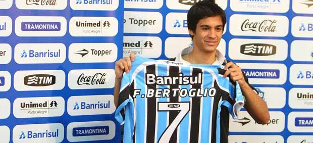 Facundo Bertoglio é apresentado como novo reforço do Grêmio (Foto: Lucas Uebel/Grêmio FBPA)