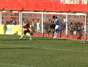 Regílson marcou o quinto gol do Linhares (Foto: Reprodução/TV Gazeta Norte)