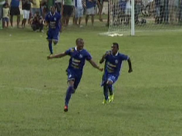 Zagueiro Thiago Silva comemora gol marcado contra o Cene (Foto: Reprodução/TV Morena)