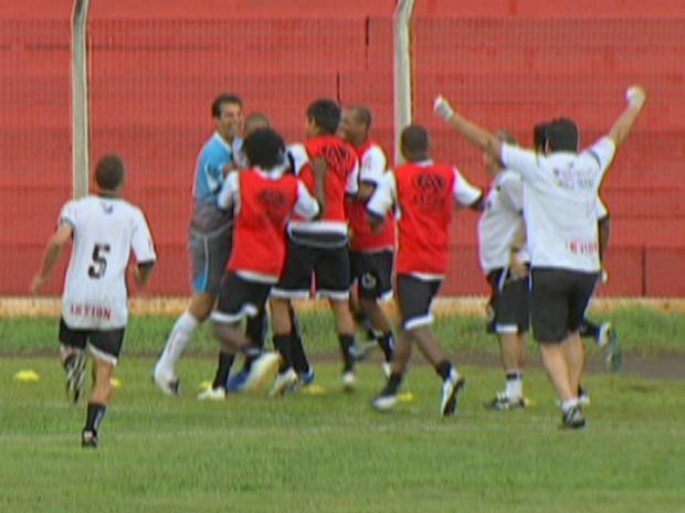 Jogadores do Misto de Três Lagoas comemoram um dos gols contra MS Saad (Foto: Reprodução/TV Morena)