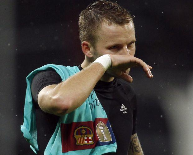 Kadlec, do Leverkusen, com a camisa de Lionel Messi, do Barcelona (Foto: Reuters)