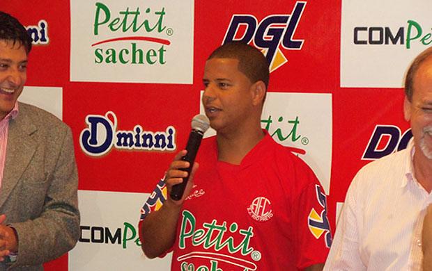 Marcelinho Carioca com a camisa do América de Rio Preto (Foto: Divulgação/América)