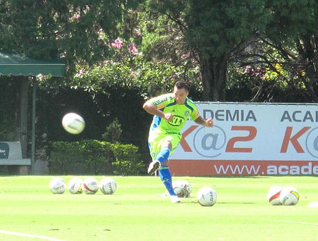 Daniel Carvalho treina faltas no Palmeiras (Foto: Diego Ribeiro / GLOBOESPORTE.COM)