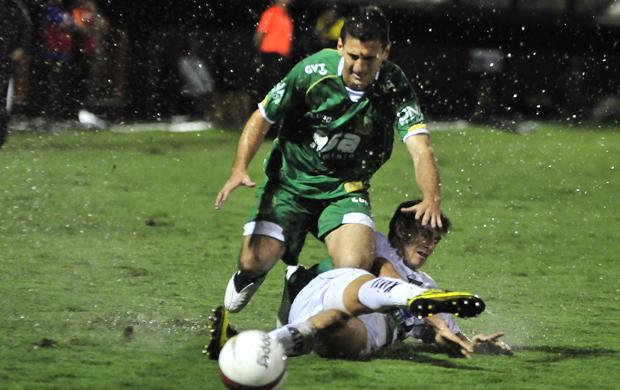 Debaixo de chuva, Fumagalli tenta jogada no jogo entre Guarani e Bragantino (Foto: Rodrigo Villalba / Memory Press)