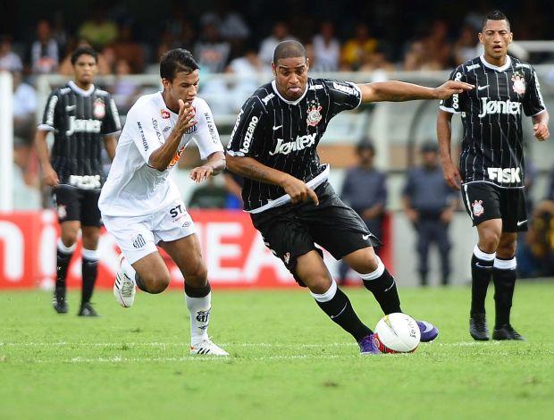 Adriano em ação no clássico na Vila Belmiro (Foto: Marcos Ribolli / Globoesporte.com)