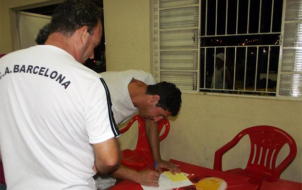 Sérgio, ex-Palmeiras, assina contrato com o Barcelona, clube amador da cidade (Foto: Paulo C. Queiróz/CA Barcelona Sorocaba)