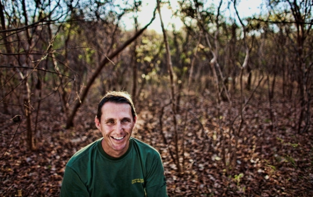 Rodrigo Campos na caatinga: biólogo organizou campanha para tatu-bola (Foto: Arquivo Pessoal)