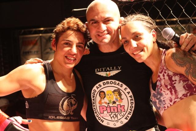 Wallid Ismail com as duas campeãs do Pink Fight (Foto: Alan Oliveira/ Divulgação)