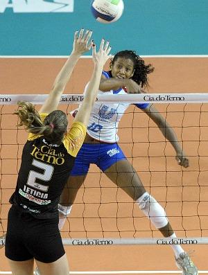 Leticia bloqueia Valeskinha, Mackenzie x Rio de Janeiro vôlei (Foto: Douglas Magno/VIPCOMM)