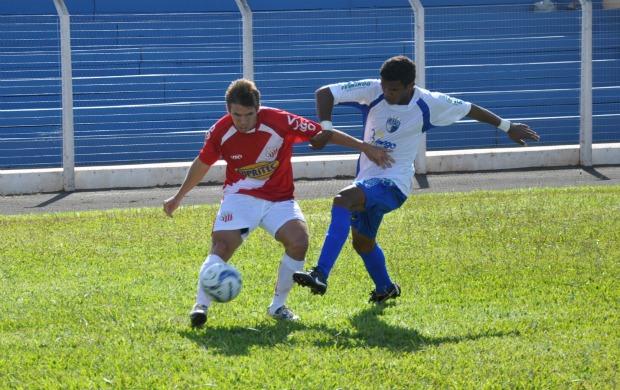 Jogador do Comercial-MS faz cruzamento na partida contra o MS Saad (Foto: Leandro Abreu/GLOBOESPORTE.COM)