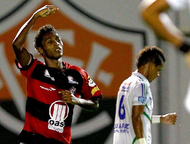 Marquinhos comemora gol do Vitória contra o São Domingos (Foto: Eduardo Martins/ Ag. Estado)