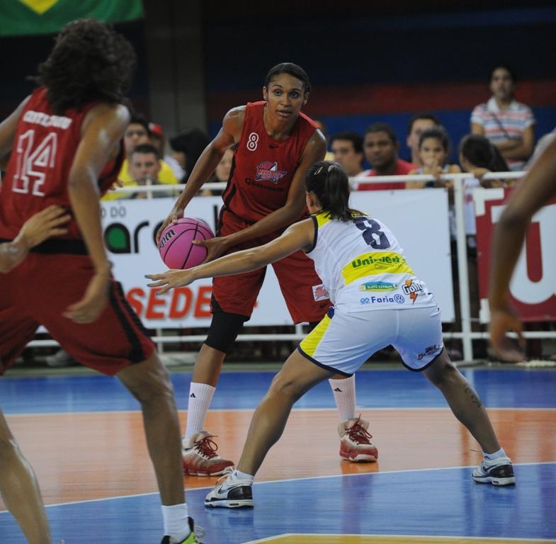 Iziane domina a bola pelo Maranhão Basquete contra Catanduva-SP, pelos playoffs da Liga de Basquete Feminino (LBF) 2011/2012, no Ginásio Castelinho (Foto: Biaman Prado/Maranhão Basquete/Divulgação)