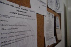 Regras para torcedores estudantes estão em mural da torcida (Foto: Bernardo Medeiros / Globoesporte.com)
