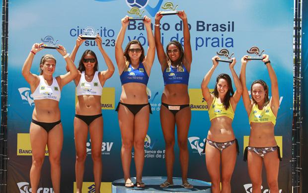 Pódio feminino da etapa João Pessoa do Circuito Brasileiro Sub-23 de vôlei de praia (Foto: Divulgação)