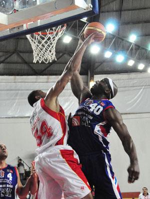 Alírio, do Brasília, dá um toco no jogo contra o Quimsa na Liga das Américas basquete (Foto: Joao Rosen / FIBA Americas )