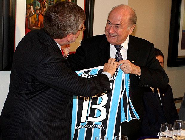 Joseph Blatter, presidente da FIFA, ganha camisa do Grêmio do dep. Marco Maia (Foto: Ailton de Freitas / Agência O Globo)