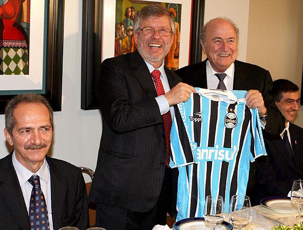 Joseph Blatter, presidente da FIFA, ganha camisa do Grêmio do dep. Marco Maia  (Foto: Ailton de Freitas / Ag. O Globo)
