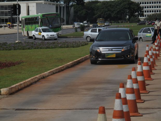 Carro de Blatter chegando ao Palácio do Planalto para encontro com Dilma (Foto: Marcelo Baltar/GLOBOESPORTE.COM)