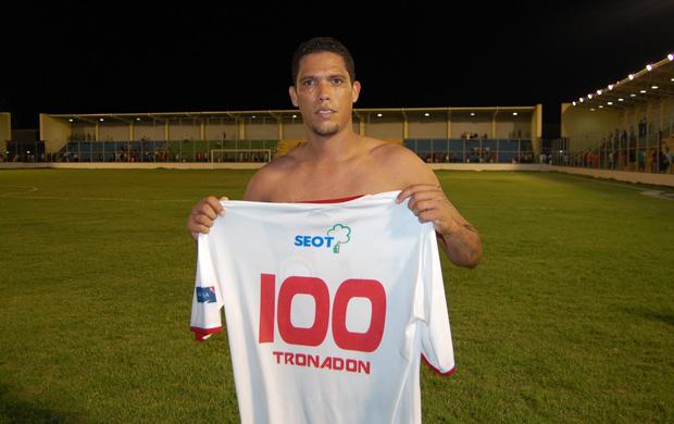 Charles Wagner joga com a camisa número 100 em alusão ao número de jogos que fez pelo Campinense (Foto: Larissa Keren)