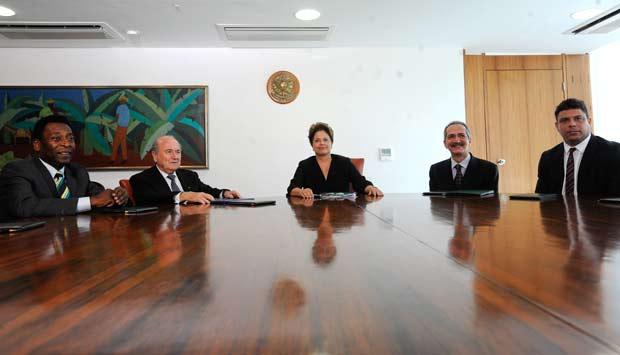 pelé Dilma roussef joseph blatter aldo rebelo ronaldo encontro palácio do planalto (Foto: Agência EFE)