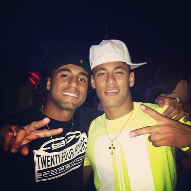 Companheiros De Seleção, Neymar Posta Foto Ao Lado Do