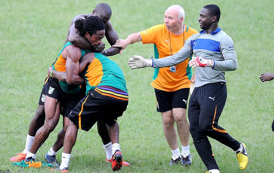 Clima quente  jogadores da Costa do Marfim se agridem durante atividade  cff460562b297