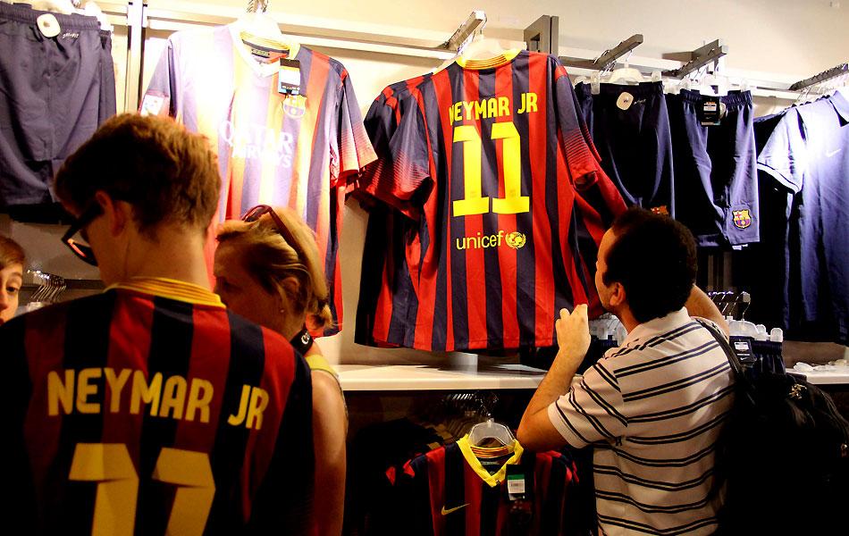 Camisa 11 com o nome de Neymar já é vendida na loja oficial do Barcelona  ccc4eb465dd1e