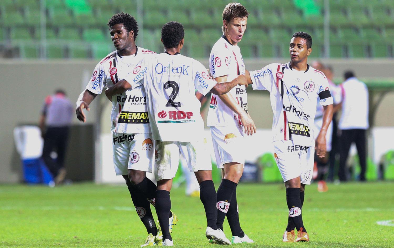 Joinville vence América-MG fora de casa e dorme no G-4 da Série B | globoesporte.com