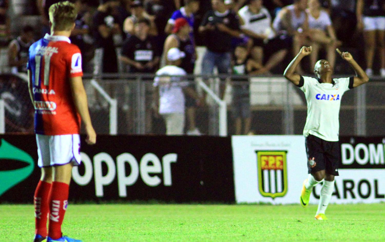 Zé Paulo volta a desequilibrar, Timão bate Paraná e faz semifinal contra Flu