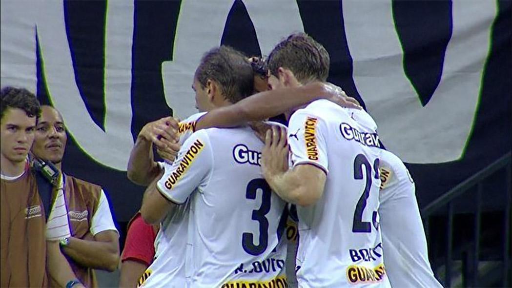 Jogadores comemoram o gol da vit�ria