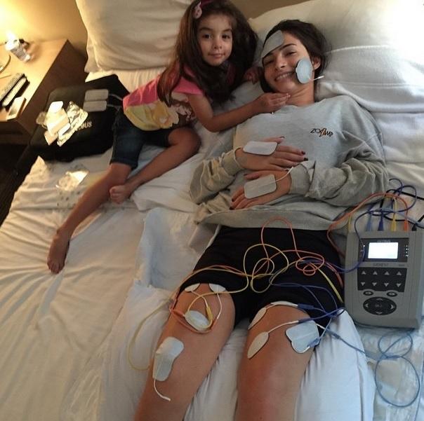 Lais souza faz sess o de fisioterapia com equipamento for Muralha e sua namorada