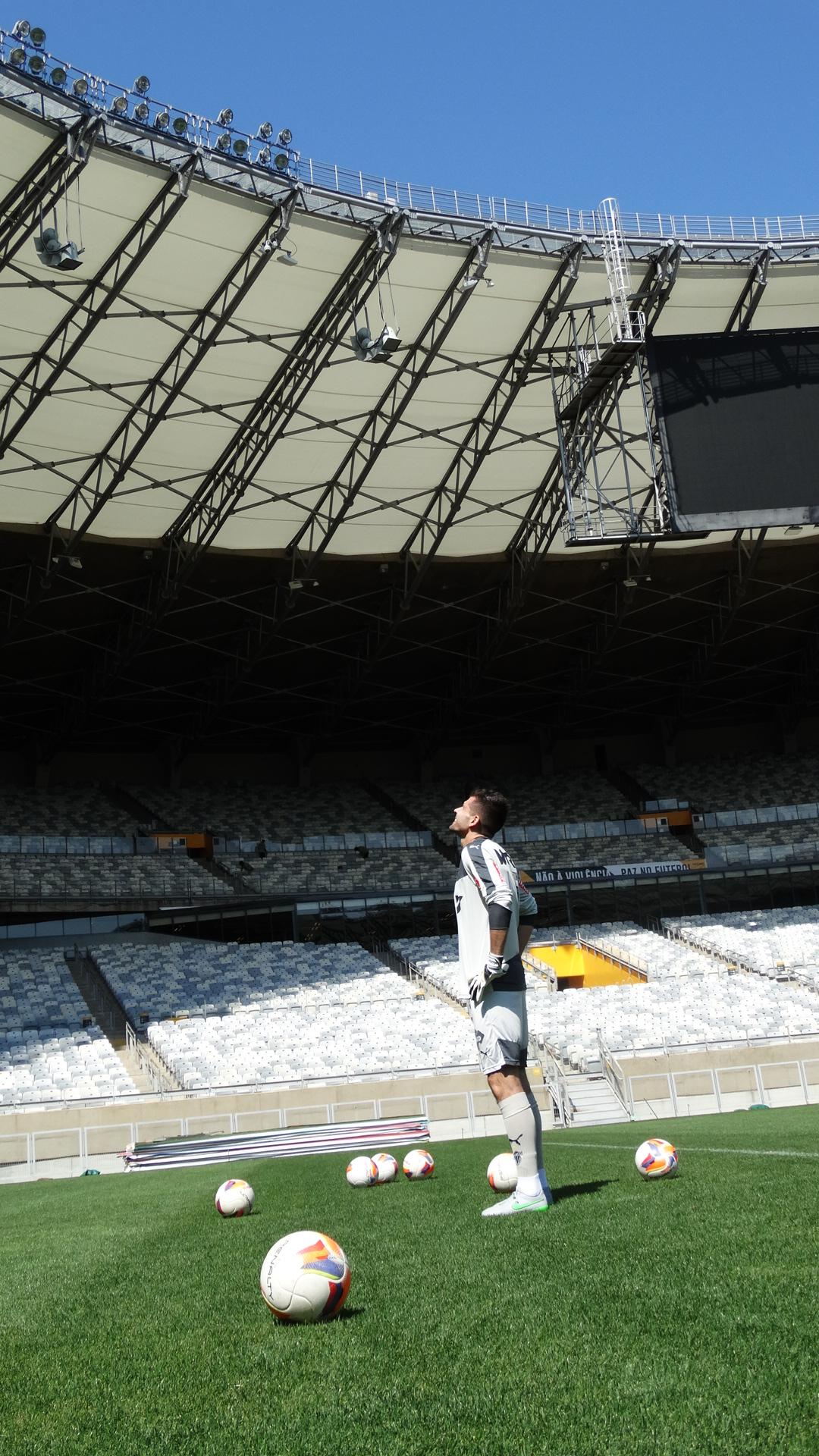 Desafio do Gigante  Victor chuta bola por cima do Mineirão. Veja a façanha! 5769b69cf860a