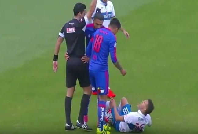 """BLOG: Autor do """"dedo bobo"""", Jara tenta cuspir e dá tapa em adversário no Chile"""
