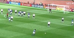 BLOG: Golaço ou sorte? Pintura de Ronaldinho contra Inglaterra completa 15 anos