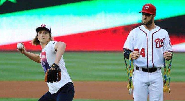BLOG: Katie Ledecky faz tradicional first pitch no beisebol americano