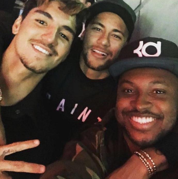 BLOG: Neymar, Medina e Thiaguinho se encontram em bar do cantor em São Paulo