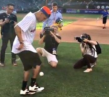 BLOG: Em Nova York, Neymar vai a jogo de beisebol e arrisca rebatidas