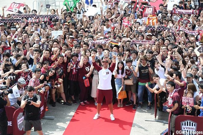 BLOG: 'Superstar', Podolski chega ao Japão recebido por 800 torcedores no aeroporto