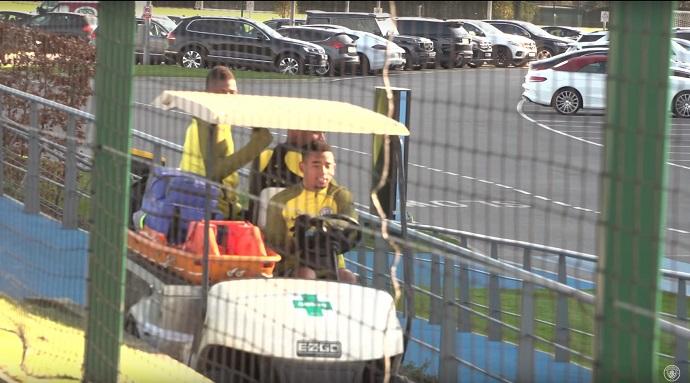 BLOG: Sai da frente! Gabriel Jesus se aventura em carrinho maca no treino do City