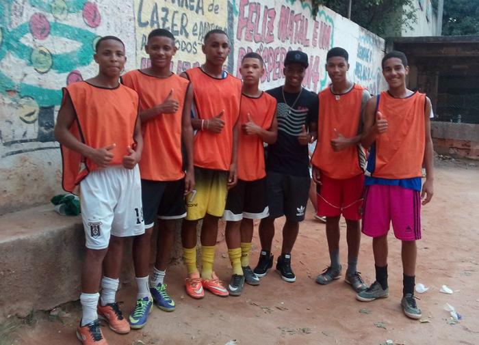BLOG: Atacante do Cagliari, Caio Rangel curte as férias em projeto social de favela no Rio