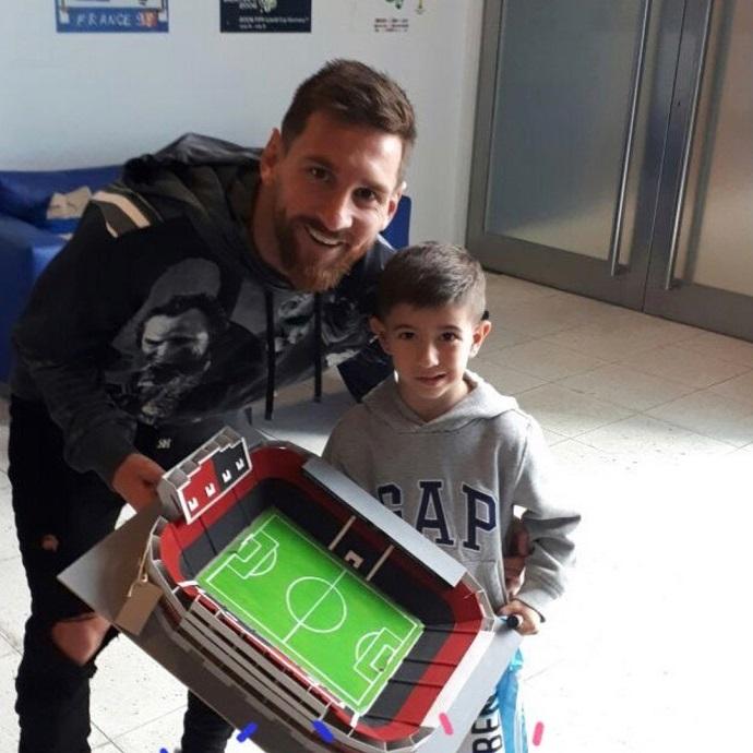 BLOG: Em noite de folga, Messi janta com ator e ganha réplica de estádio do Newell's