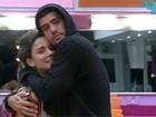 Laisa e Yuri trocam  carinhos na cozinha (TV Globo/BBB)