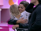 Renata e Monique selam a paz com abraço (BBB / TV Globo)
