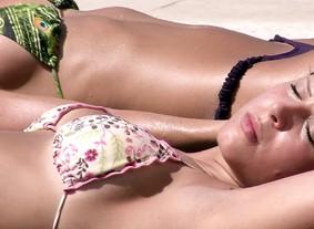 Brothers relaxam pegando sol e curtindo a piscina (BBB / TV Globo)