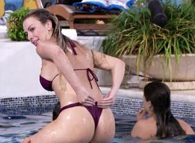 Nanda coloca biquininho para curtir piscina (BBB / TV Globo)