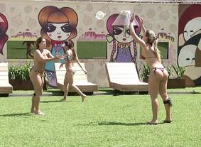 De biquíni, sisters se divertem com brincadeira (BBB / TVGlobo)