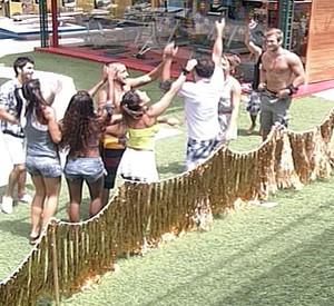 Brothers brincam com Daniel: 'Você pensa que cachaça é água' (BBB/TV Globo)