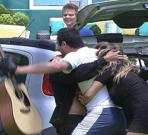 Rafa acha violão de Michel Teló e ganha carro da Fiat (BBB / TV Globo)