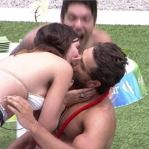 Elieser e Kamilla beijo (Foto: BBB/ TV Globo)